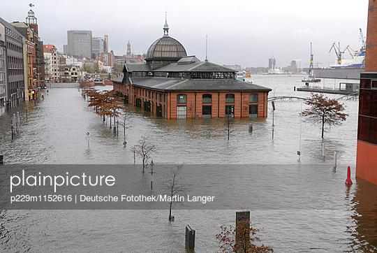 Überflutung Fischmarkt Hamburg - p229m1152616 von Martin Langer