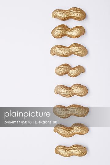 goldene Erdnüsse - p464m1145878 von Elektrons 08