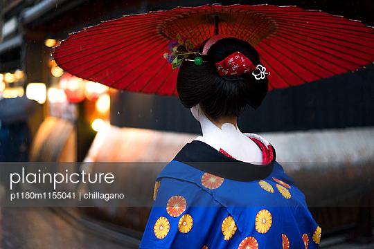 Japanische Maiko auf dem Weg zur Arbeit - p1180m1155041 von chillagano