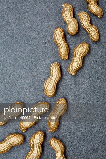 goldene Erdnüsse - p464m1145868 von Elektrons 08