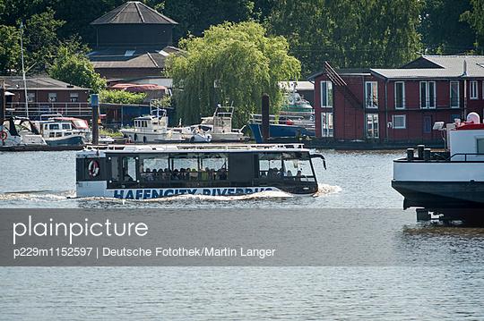 Schwimmbus - p229m1152597 von Martin Langer