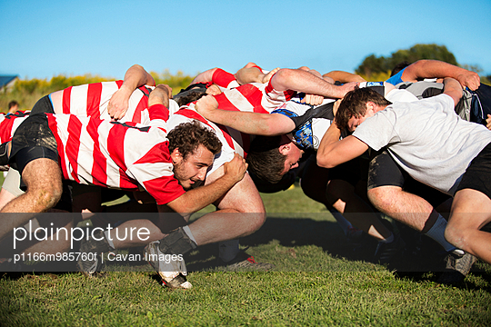 USA, New York State, Hudson Valley, Young men playing rugby