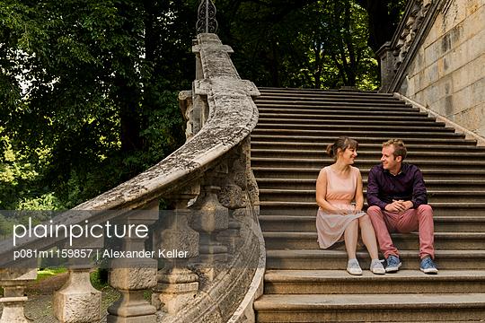 Pärchen auf Steintreppe - p081m1159857 von Alexander Keller