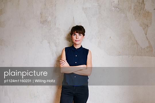 Junge Frau mit verschränkten Armen - p1124m1160231 von Willing-Holtz