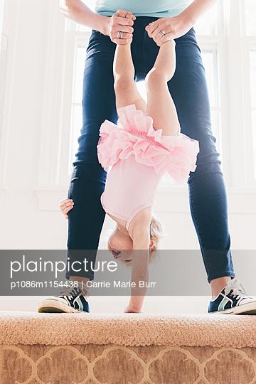 Mutter spielt mit kleinem Mädchen - p1086m1154438 von Carrie Marie Burr