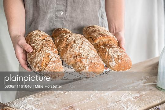 Frisch gebackenes Brot - p936m1161846 von Mike Hofstetter