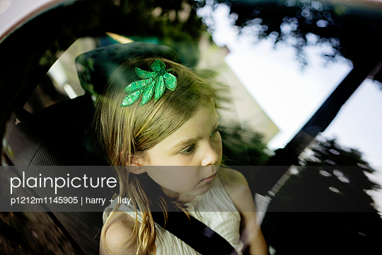 Mädchen im Auto - p1212m1145905 von harry + lidy