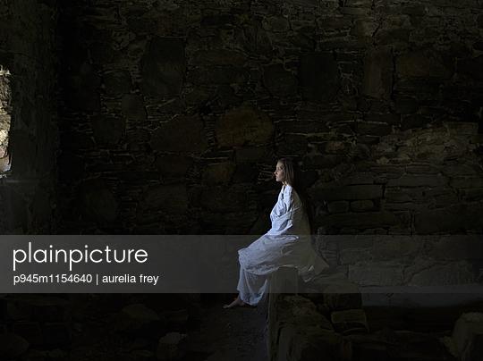 Frau im weißen Kleid im Dunkeln - p945m1154640 von aurelia frey