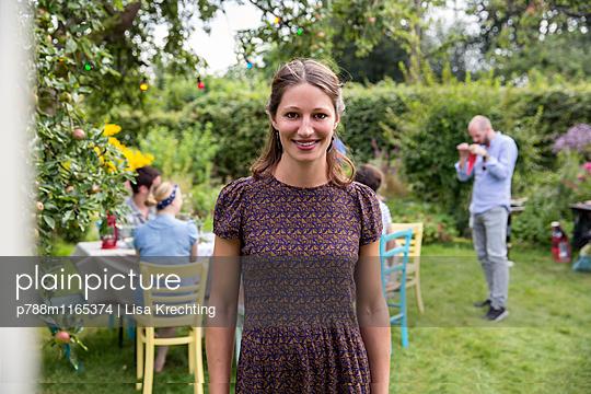 Junge Frau im Garten - p788m1165374 von Lisa Krechting