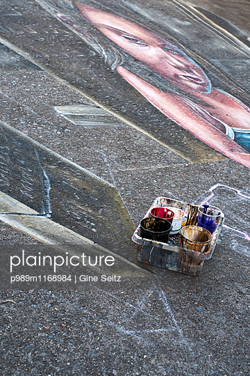 Straßenkunst - p989m1168984 von Gine Seitz