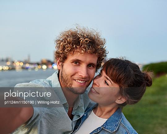 Paar macht Selfie - p1124m1150190 von Willing-Holtz