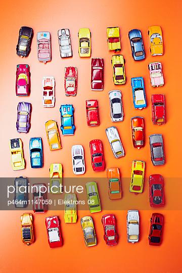 Bunte Autos - p464m1147059 von Elektrons 08
