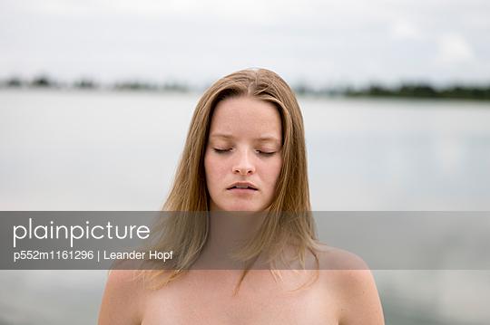 Porträt einer jungen Frau mit geschlossenen Augen - p552m1161296 von Leander Hopf
