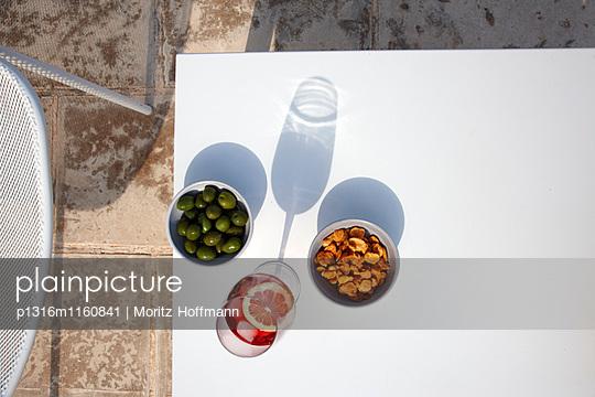Aperol mit Oliven und Nüsse, Masseria, Alchimia, Apulien, Italien - p1316m1160841 von Moritz Hoffmann