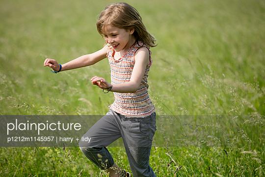 Mädchen springt durch die Wiese - p1212m1145957 von harry + lidy