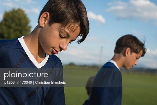 Frustrierte Jungen auf dem Fußballplatz  - p1206m1170049 von Christian Brecheis