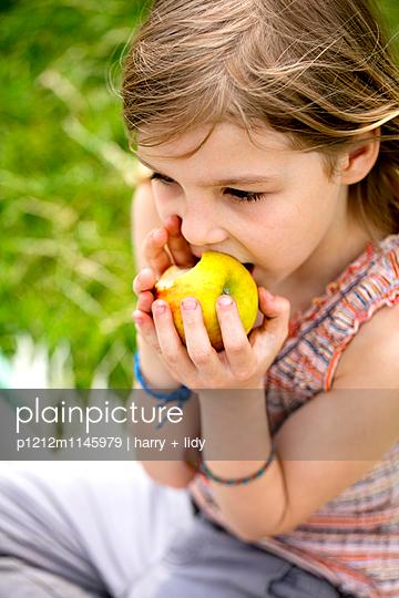 Mädchen isst einen Apfel - p1212m1145979 von harry + lidy