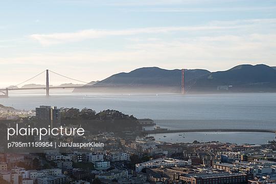 Blick auf Golden Gate Bridge - p795m1159954 von Janklein