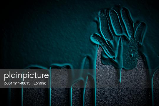 Farbiger Handabdruck auf einer Wand - p851m1148619 von Lohfink