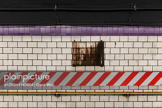 U-Bahnstation - p1280m1149864 von Dave Wall