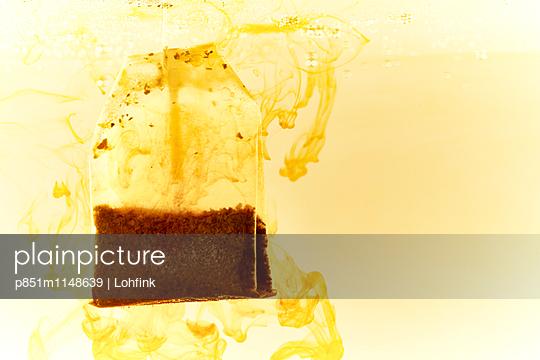 Teebeutel im Wasser - p851m1148639 von Lohfink