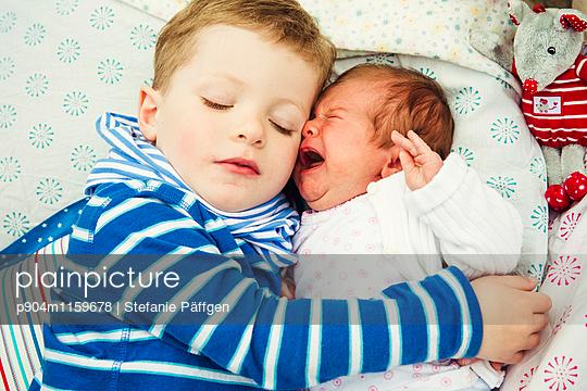 Geschwisterliebe - p904m1159678 von Stefanie Neumann