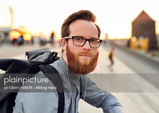 Mann mit Kopfhörern - p1124m1169978 von Willing-Holtz