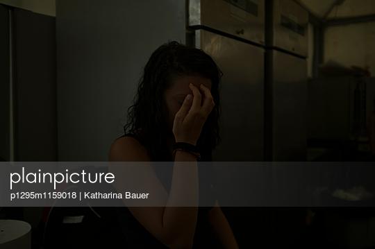 Frau nach Regenschauer - p1295m1159018 von Katharina Bauer