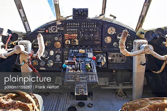 Cockpit des Flugzeuges Antonow 2 - p390m1159287 von Frank Herfort