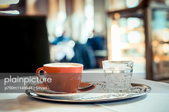Im Café - p750m1149543 von Silveri