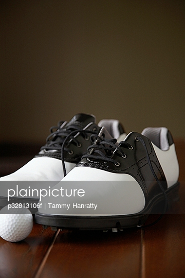 Golf shoes and golf ball
