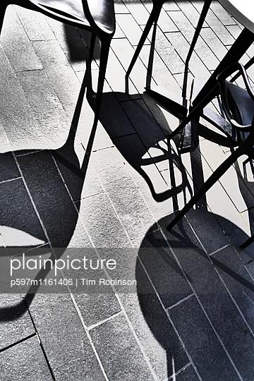 Schatten von Stühlen auf der Straße - p597m1161406 von Tim Robinson