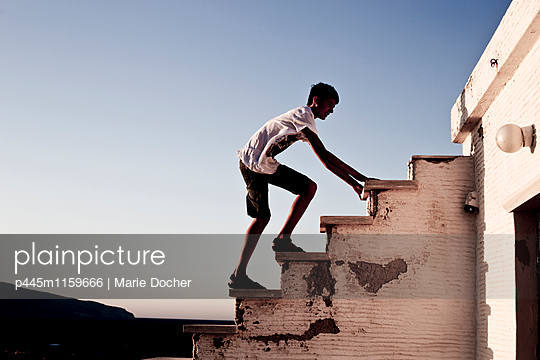 Hinauf klettern - p445m1159666 von Marie Docher