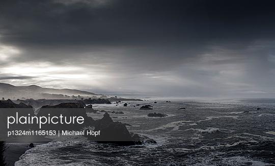 Dunkle Wolken über der Felsküste in Kalifornien - p1324m1165153 von michaelhopf