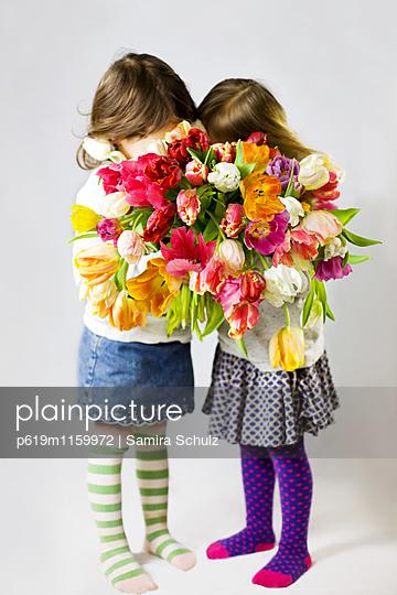 Mädchen mit Tulpen - p619m1159972 von Samira Schulz