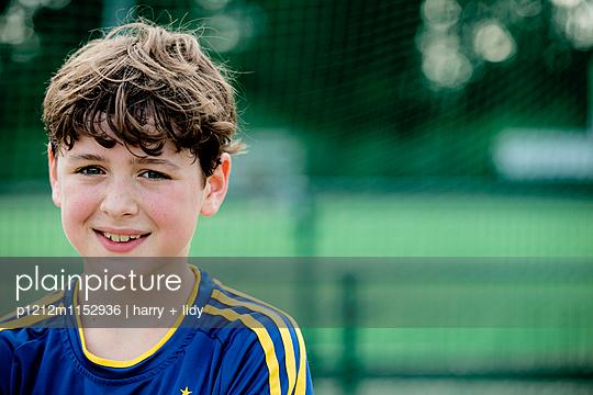 Portrait eines Jungen auf dem Sportplatz - Close Up - p1212m1152936 von harry + lidy