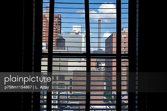 Blick aus dem Fenster - p758m1154867 von L. Ajtay