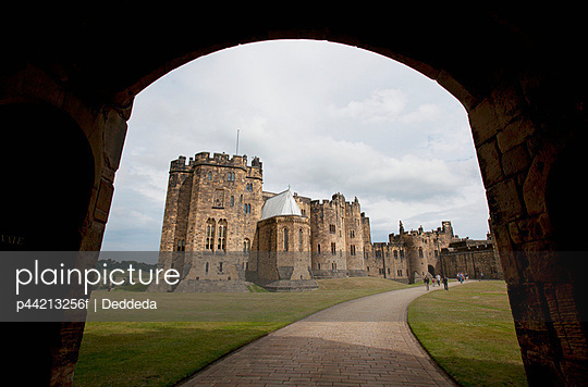 the alnwick castle, most famously known as hogwarts castle