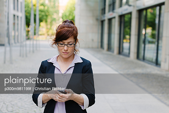 Germany, Saxony, Leipzig, Woman with mobile phone