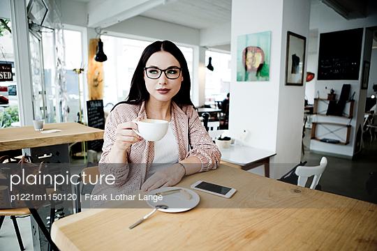 Junge Frau mit Brille - p1221m1150120 von Frank Lothar Lange
