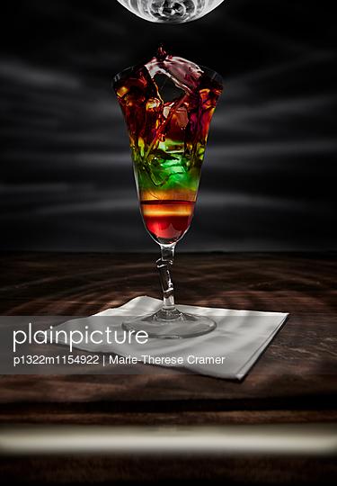 ´Nuclear rainbow´-Cocktail an der Bar - p1322m1154922 von Marie-Therese Cramer