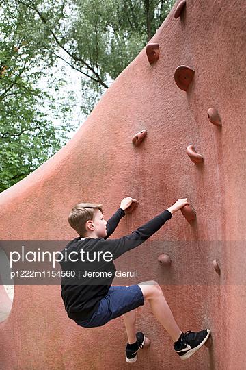 Kind beim Klettern - p1222m1154560 von Jérome Gerull