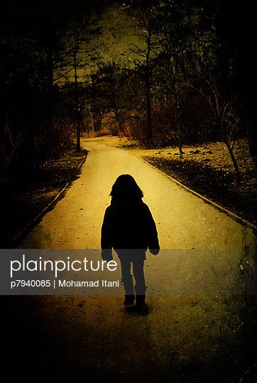 plainpicture - plainpicture p7940085 - Alleine gehen - plainpicture ...