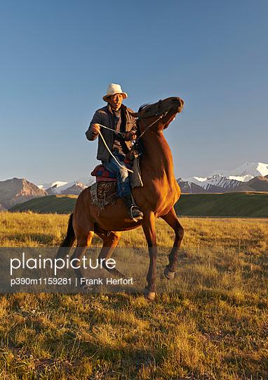 Reiter in der Steppe  - p390m1159281 von Frank Herfort