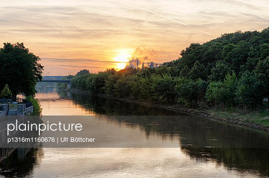 Saale bei Sonnenuntergang, Bernburg, Sachsen-Anhalt, Deutschland - p1316m1160676 von Ulf Böttcher