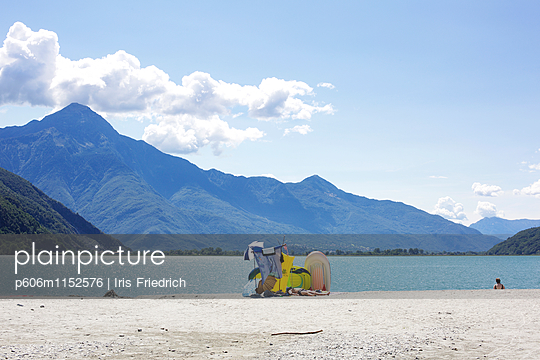 Platz am See, Lago di Mezzola - p606m1152576 von Iris Friedrich