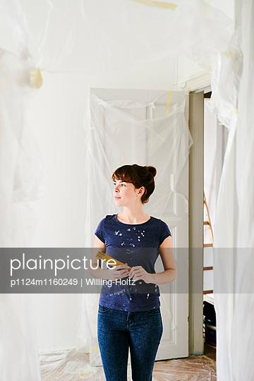Junge Frau beim Renovieren - p1124m1160249 von Willing-Holtz