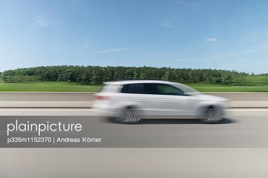 Mit dem Auto unterwegs - p335m1152370 von Andreas Körner