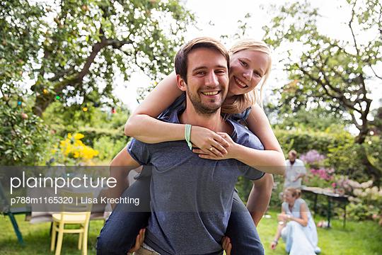 Mann trägt Freundin Huckepack - p788m1165320 von Lisa Krechting