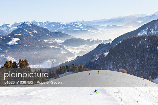 Ski holiday, Skiers in mountain scenery, Sudelfeld, Bavaria, Germany